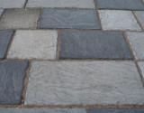 Dekoratīva betona ietves seguma plātne YORK5 600x450x40mm gaiši pelēks,22kg/gab;890kg/paletē